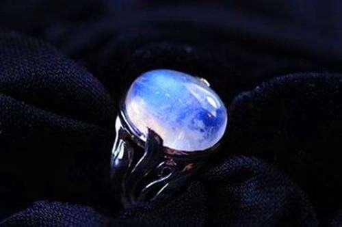 月光石——宝石中的月亮女神