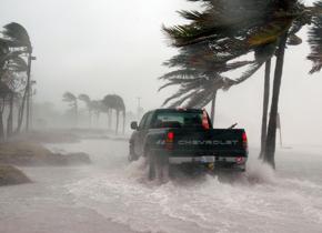 暴雨时遇险如何自救?