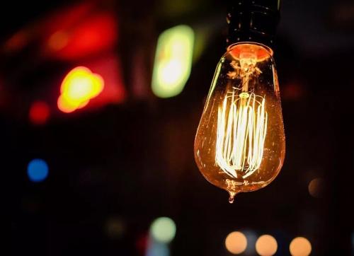 用一只灯泡,百米外就能偷听对话!