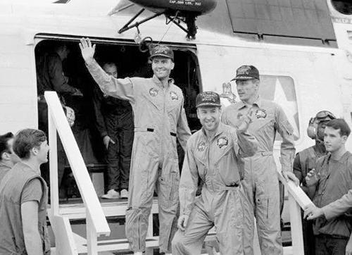氧气罐爆炸后,他们驾着受损的飞船返回地球