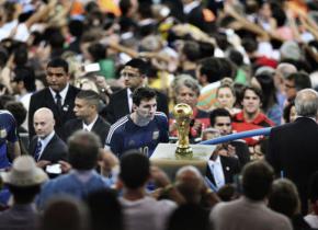 在这里,梅西终于举起了那座他等了12年的大力神杯